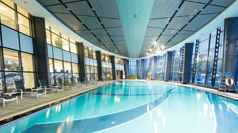 Bể bơi bốn mùa hado charm Villas