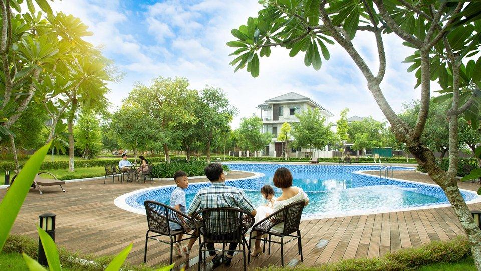 Bể bơi ngoài trời hà đô charm Villas
